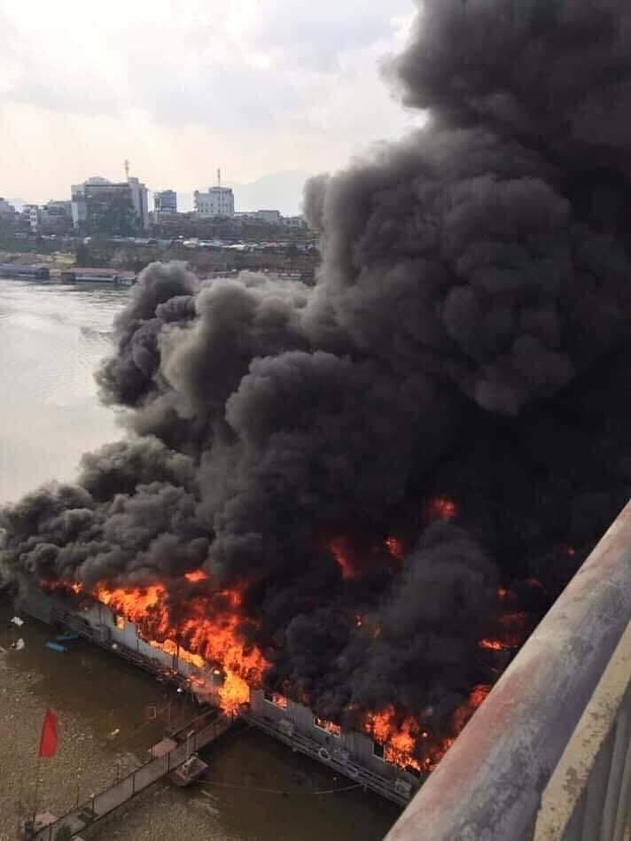 Nhà hàng nổi bốc cháy ngùn ngụt, cột khói đen kịt mặt sông Lô Ảnh 1