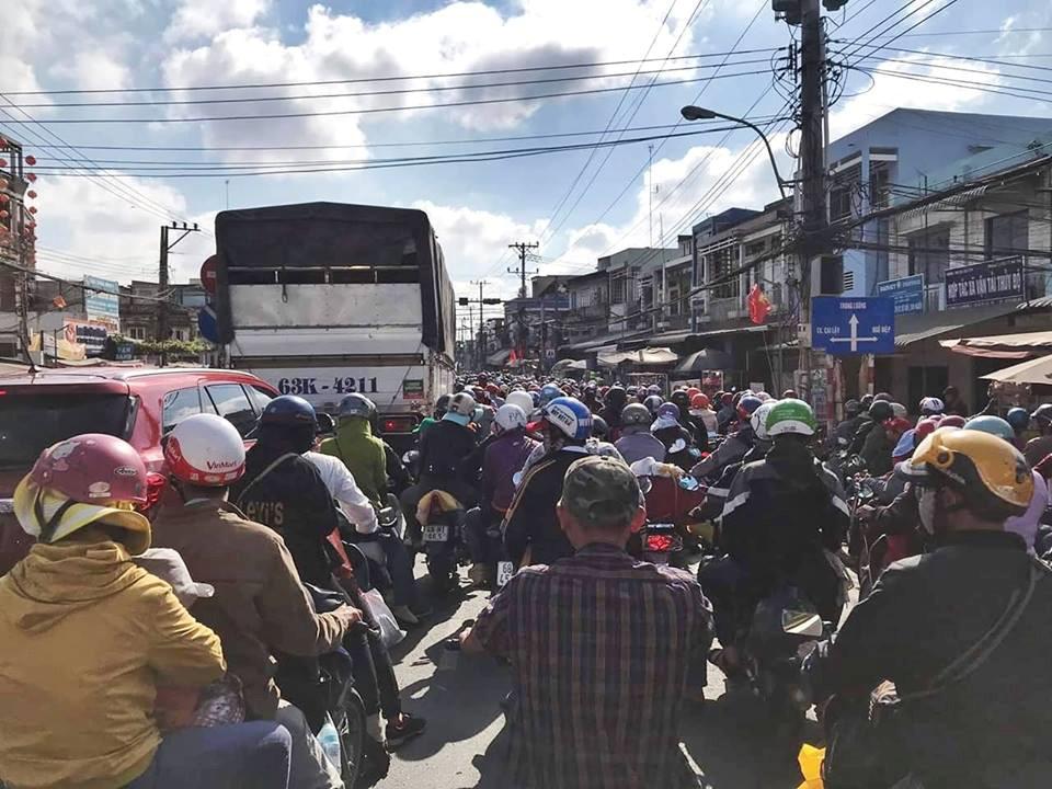 Dân mạng liên tục than vãn, đăng ảnh kẹt xe từ miền Tây lên Sài Gòn Ảnh 3