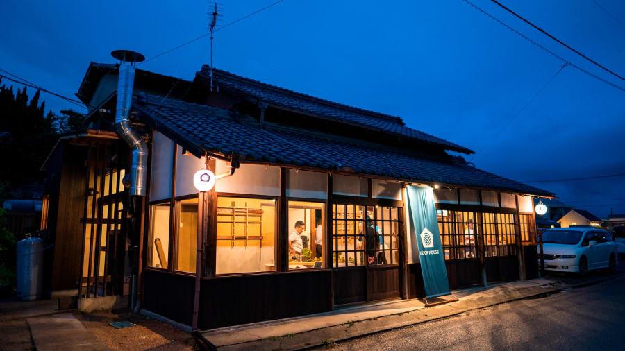 Ăn, ngủ và học làm mì udon ngay trong tiệm tại Nhật Bản Ảnh 1
