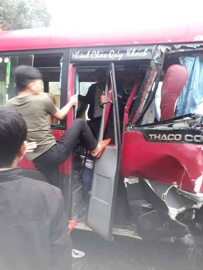 Xe khách đối đầu xe tải, người dân đạp cửa cứu các hành khách đang hoảng loạn ra ngoài Ảnh 4