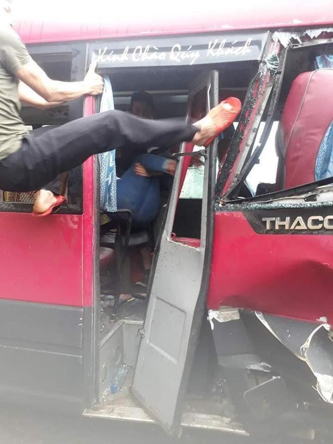 Xe khách đối đầu xe tải, người dân đạp cửa cứu các hành khách đang hoảng loạn ra ngoài Ảnh 3