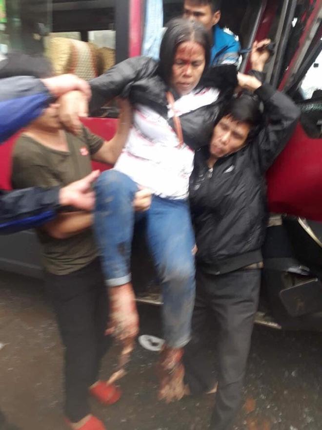 Xe khách đối đầu xe tải, người dân đạp cửa cứu các hành khách đang hoảng loạn ra ngoài Ảnh 5