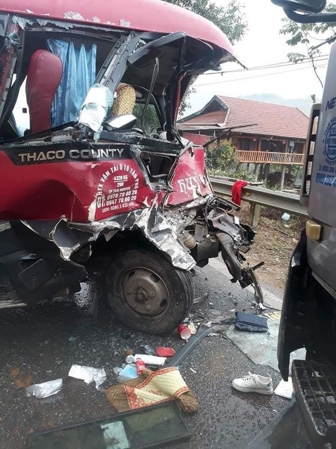Xe khách đối đầu xe tải, người dân đạp cửa cứu các hành khách đang hoảng loạn ra ngoài Ảnh 2