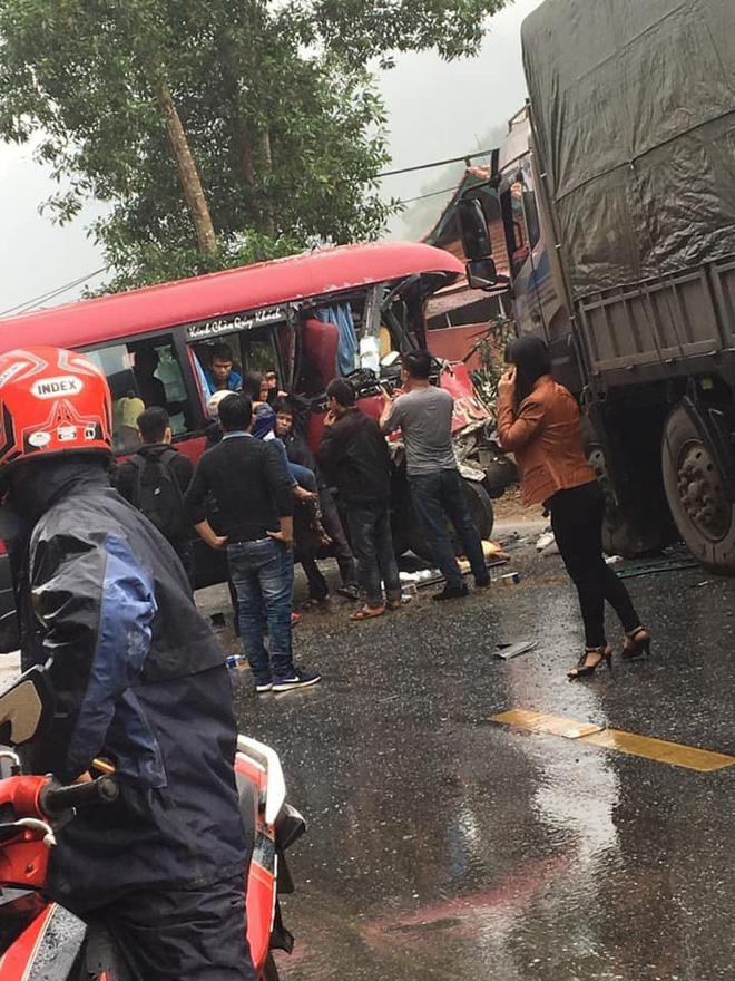 Xe khách đối đầu xe tải, người dân đạp cửa cứu các hành khách đang hoảng loạn ra ngoài Ảnh 6