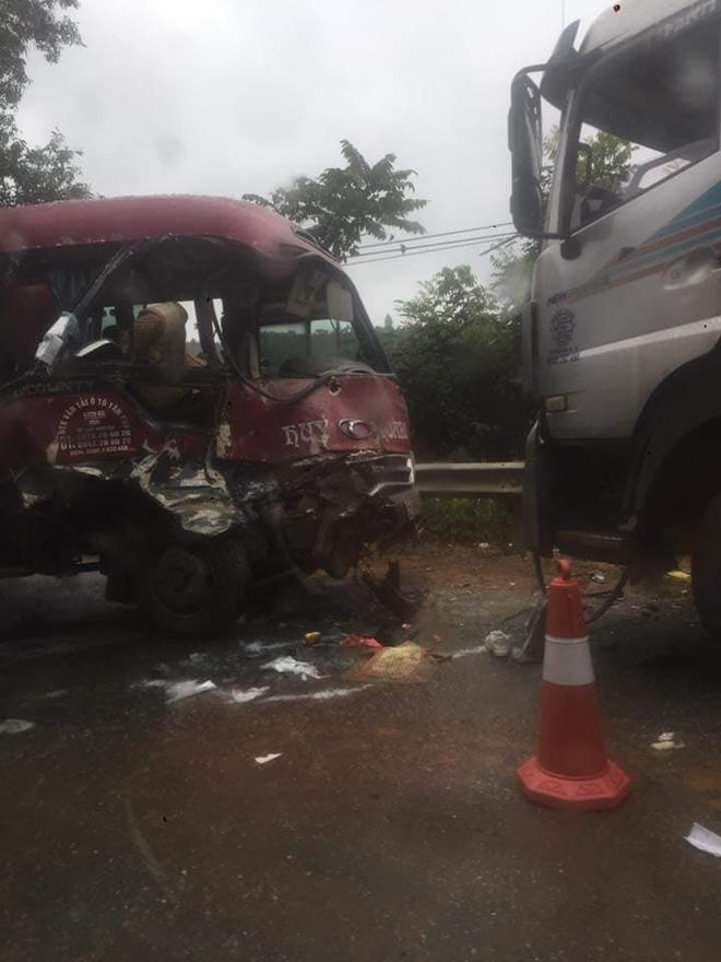 Xe khách đối đầu xe tải, người dân đạp cửa cứu các hành khách đang hoảng loạn ra ngoài Ảnh 7