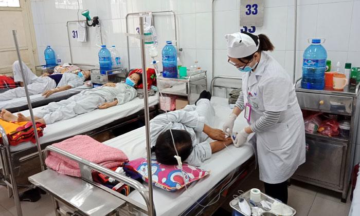 Quá tải bệnh nhân cấp cứu trong dịp Tết Ảnh 1