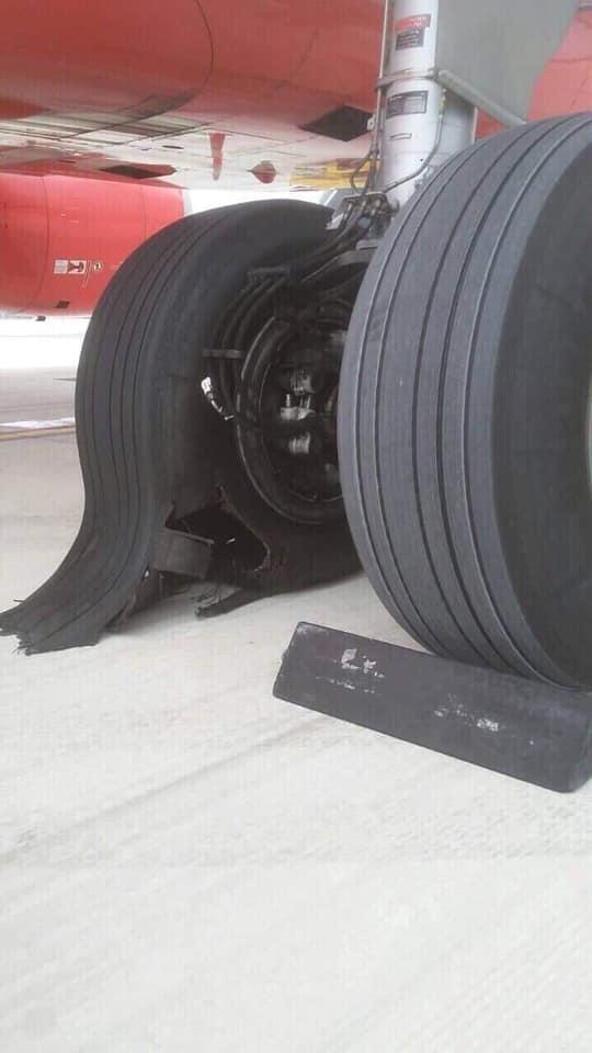 Máy bay VietJet nổ lốp ở sân bay Tân Sơn Nhất Ảnh 1