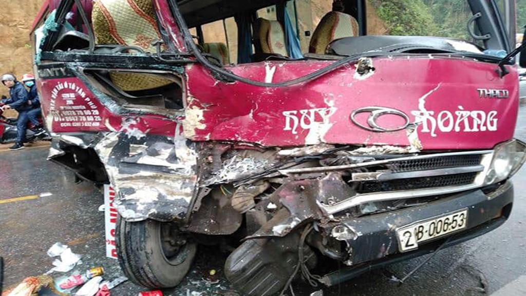 Xe khách 24 chỗ đâm trực diện xe tải, ít nhất 5 người bị thương Ảnh 1