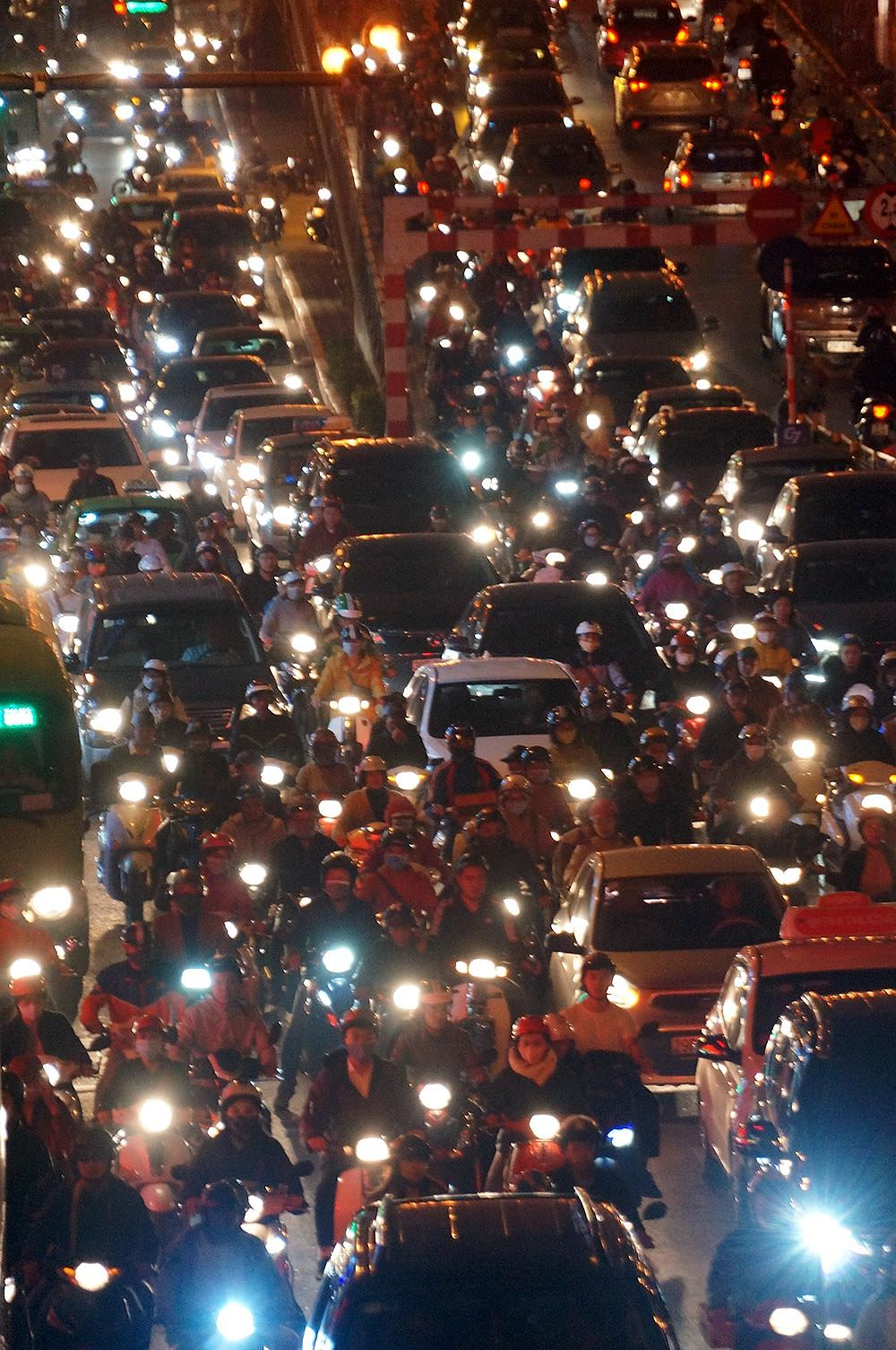 Đường Tây Sơn ùn tắc nhiều giờ vì dân dâng sao giải hạn Ảnh 9