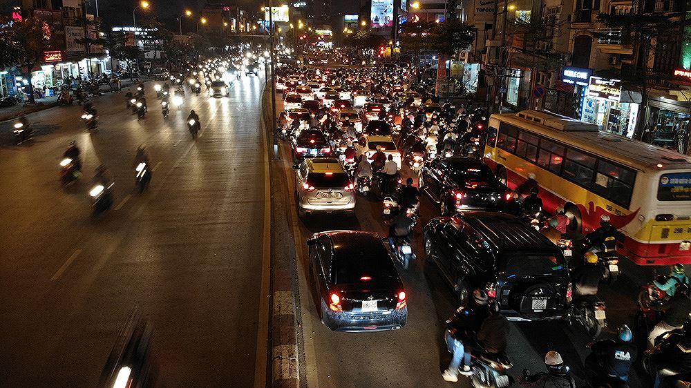 Đường Tây Sơn ùn tắc nhiều giờ vì dân dâng sao giải hạn Ảnh 8
