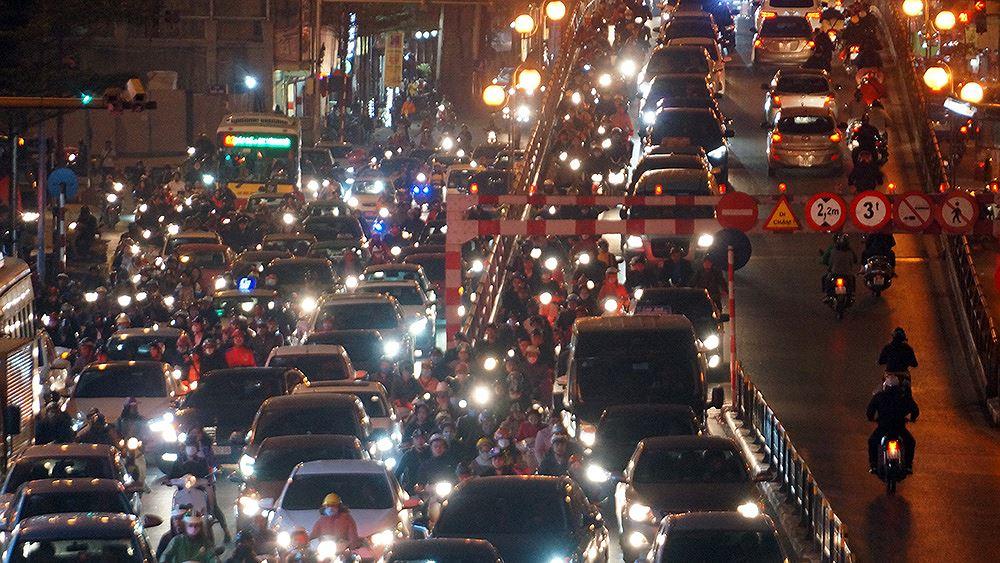 Đường Tây Sơn ùn tắc nhiều giờ vì dân dâng sao giải hạn Ảnh 7