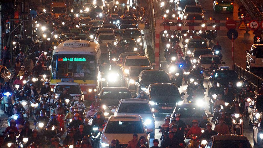 Đường Tây Sơn ùn tắc nhiều giờ vì dân dâng sao giải hạn Ảnh 2