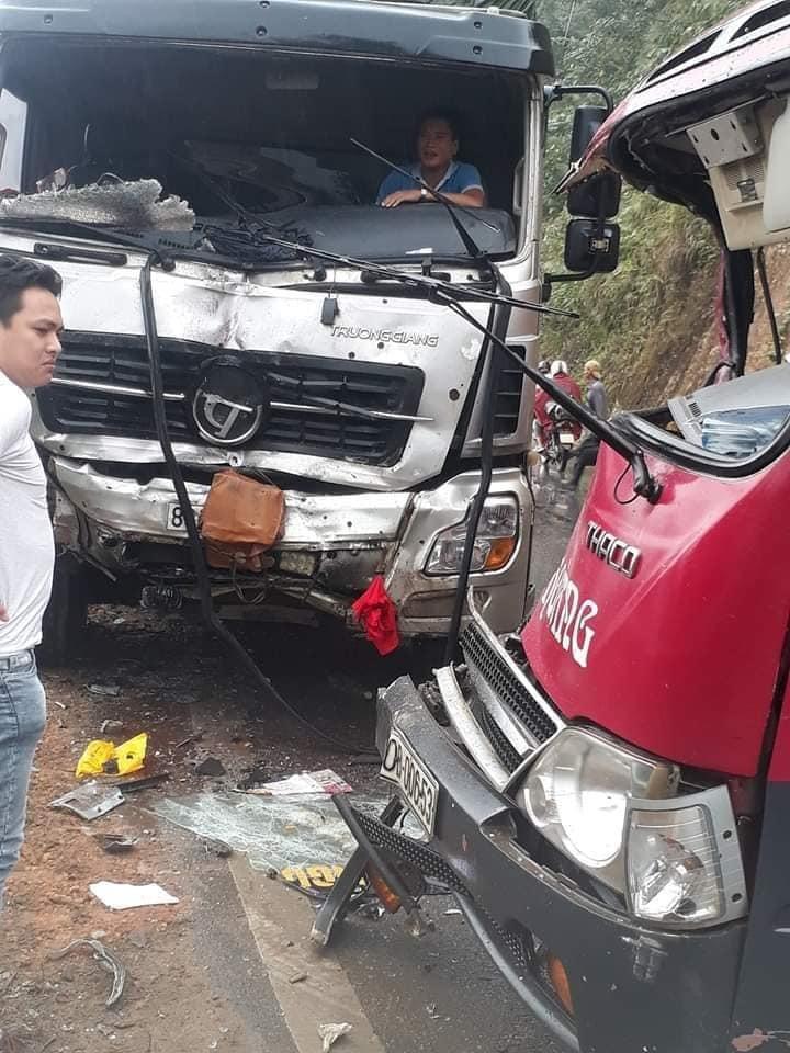 Xe khách lại đấu đầu xe tải, phá cửa cứu 6 người bị thương nặng Ảnh 3