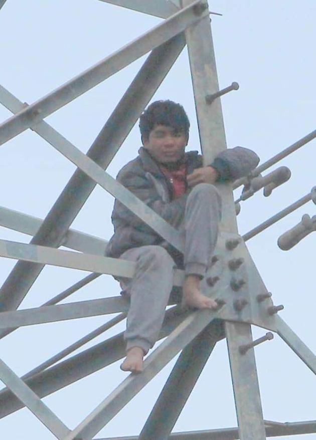 Giải cứu đối tượng ngáo đá 'cố thủ' 2 ngày trên cột điện cao thế Ảnh 2