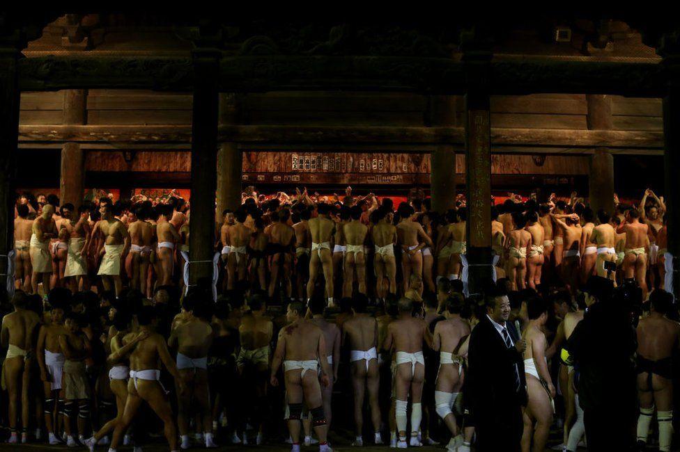 Hàng nghìn người đàn ông Nhật Bản mặc khố chen nhau giành gậy may mắn Ảnh 3