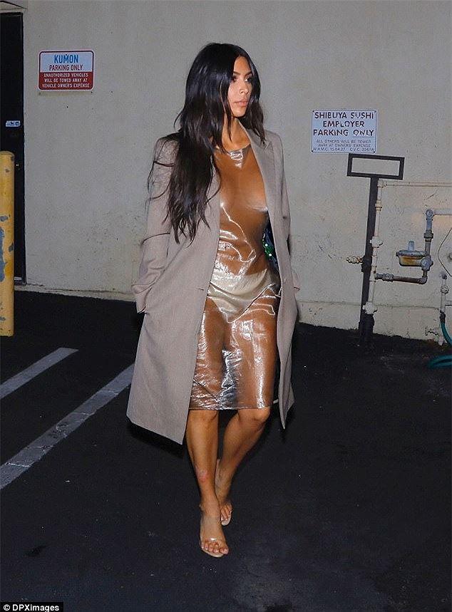 Những lần mặc như không của Kim 'siêu vòng ba' bị chỉ trích Ảnh 10