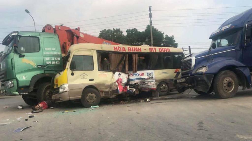 Tai nạn liên hoàn nghiêm trọng giữa 3 ô tô, ít nhất 5 người bị thương Ảnh 1