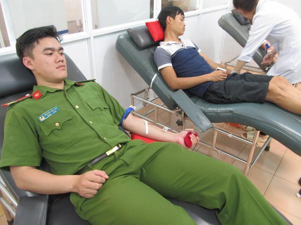 Cảnh sát Cơ động hiến máu hiếm cứu cháu bé thoát khỏi tay tử thần Ảnh 3