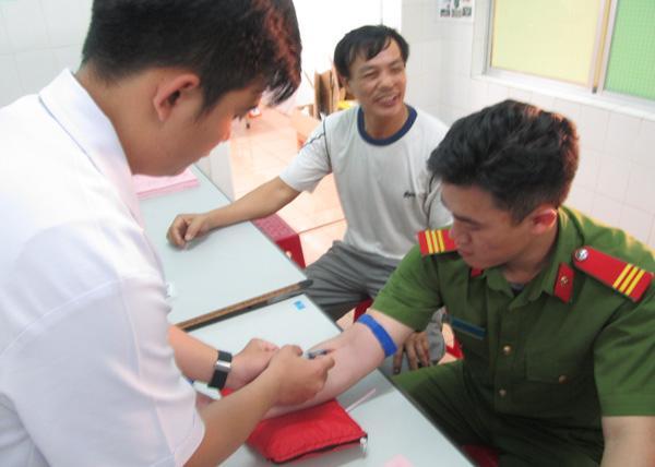 Cảnh sát Cơ động hiến máu hiếm cứu cháu bé thoát khỏi tay tử thần Ảnh 1