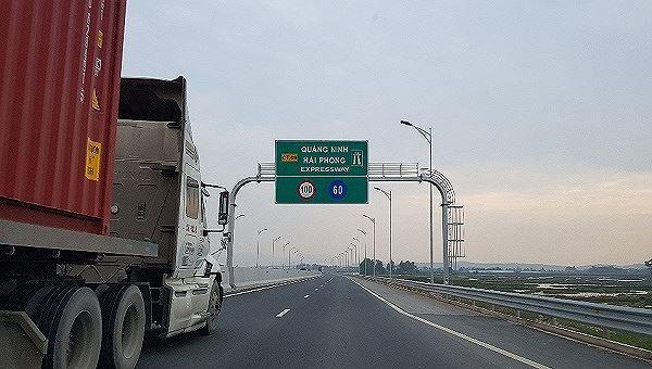 Công an Quảng Ninh triệu tập 3 đối tượng ném đá ô tô trên cao tốc Hạ Long - Hải Phòng Ảnh 1