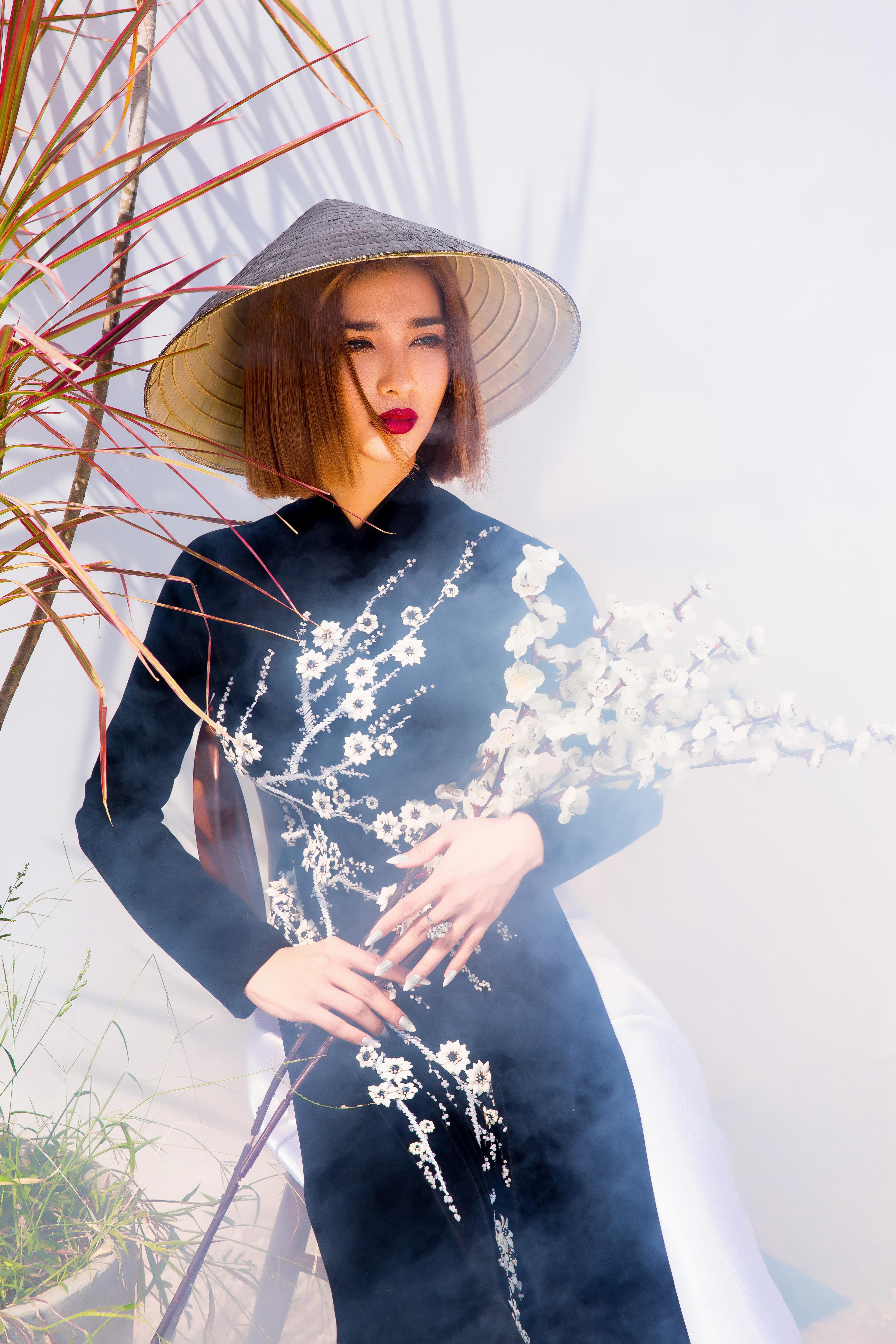 Kim Tuyến diện áo dài cách tân khoe vai trần nõn nà Ảnh 3