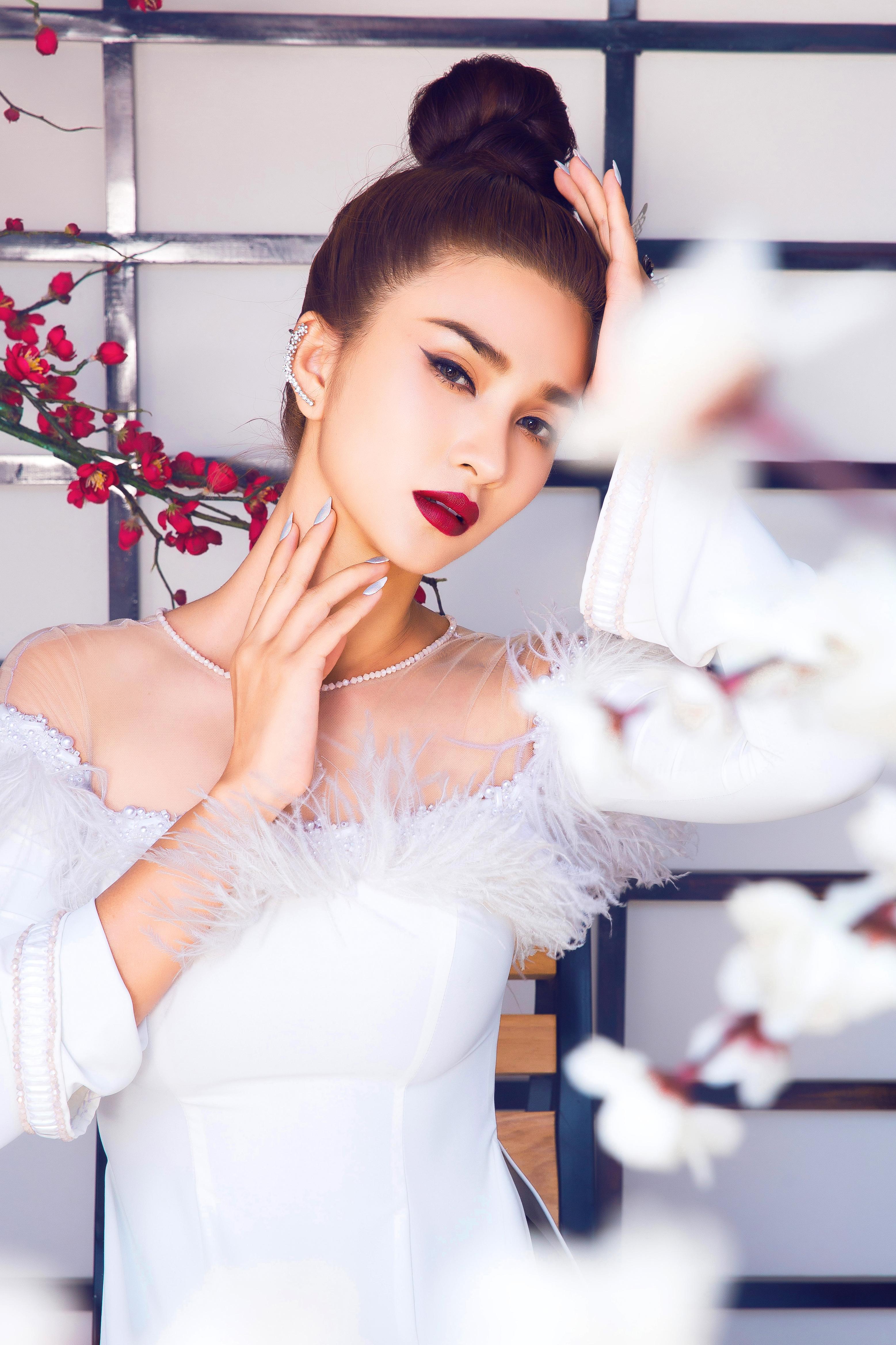 Kim Tuyến diện áo dài cách tân khoe vai trần nõn nà Ảnh 9