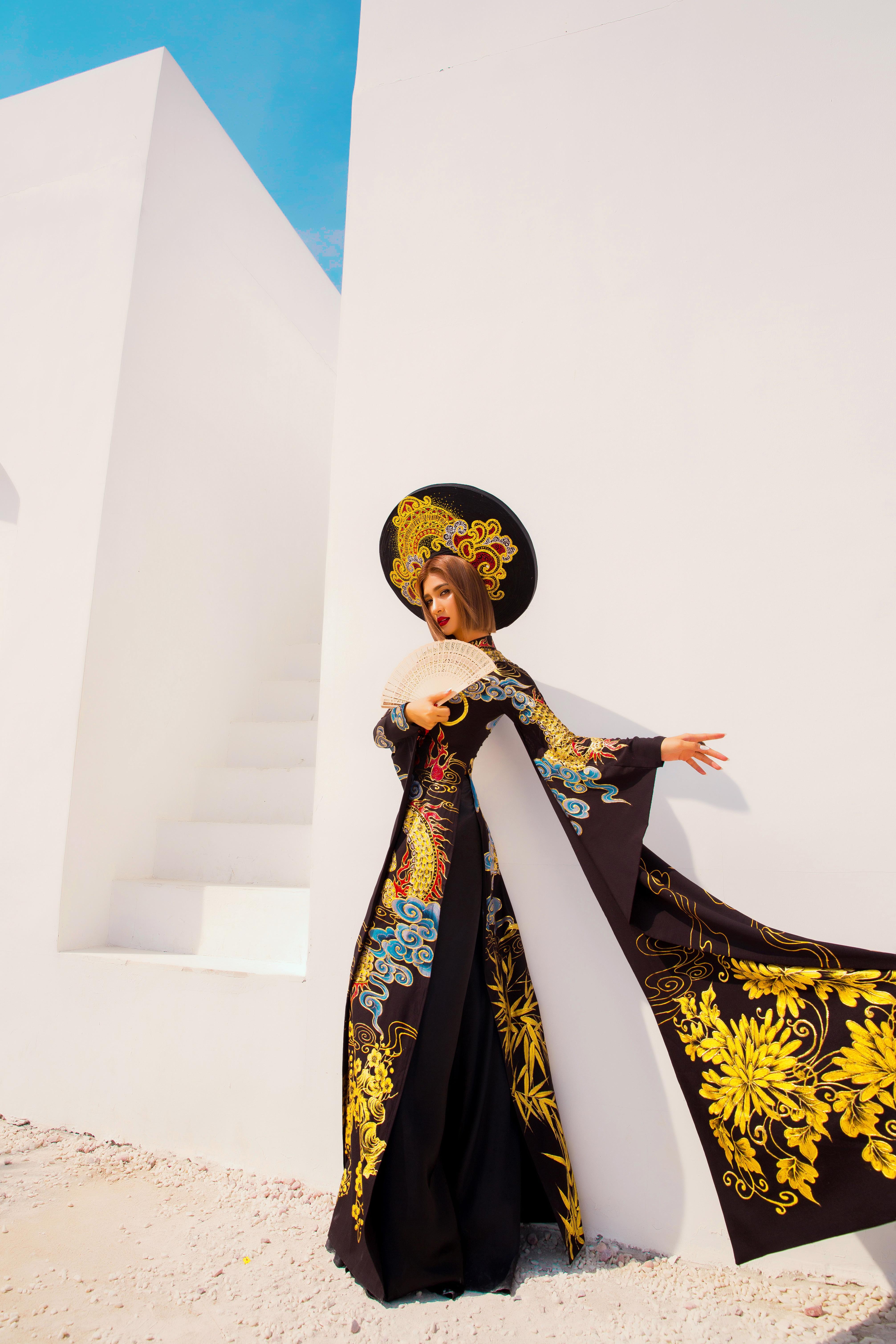 Kim Tuyến diện áo dài cách tân khoe vai trần nõn nà Ảnh 1