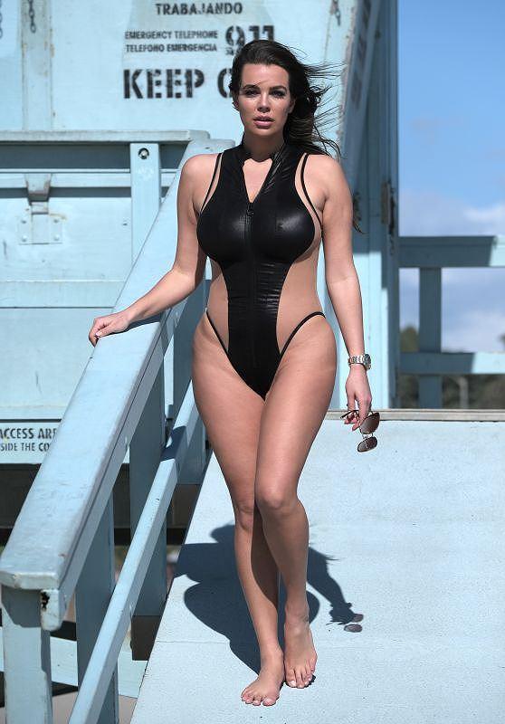 Người mẫu ngoại cỡ Ý khoe dáng phồn thực, nóng 'bỏng mắt' với áo tắm Ảnh 3