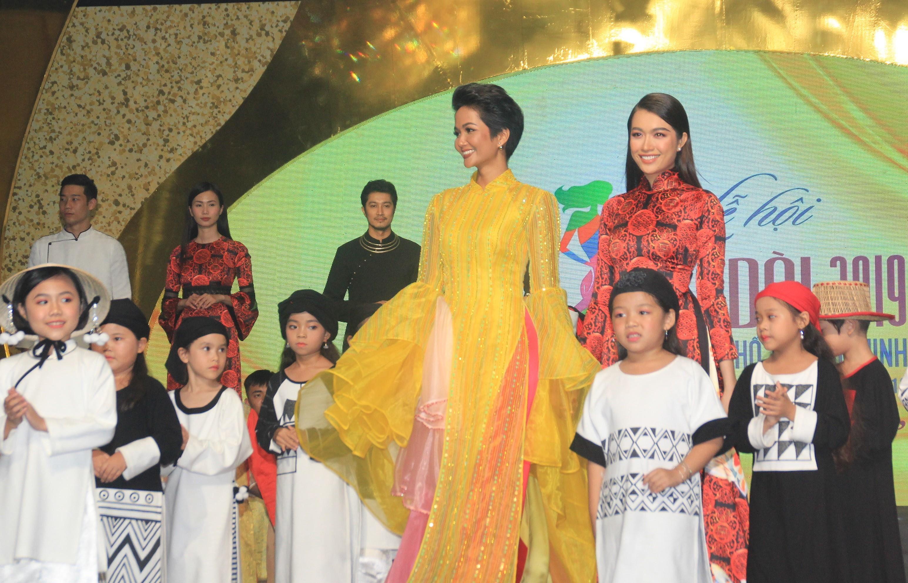 H'Hen Niê lộng lẫy diễn catwalk đêm bế mạc Lễ hội Áo dài TPHCM 2019 Ảnh 8