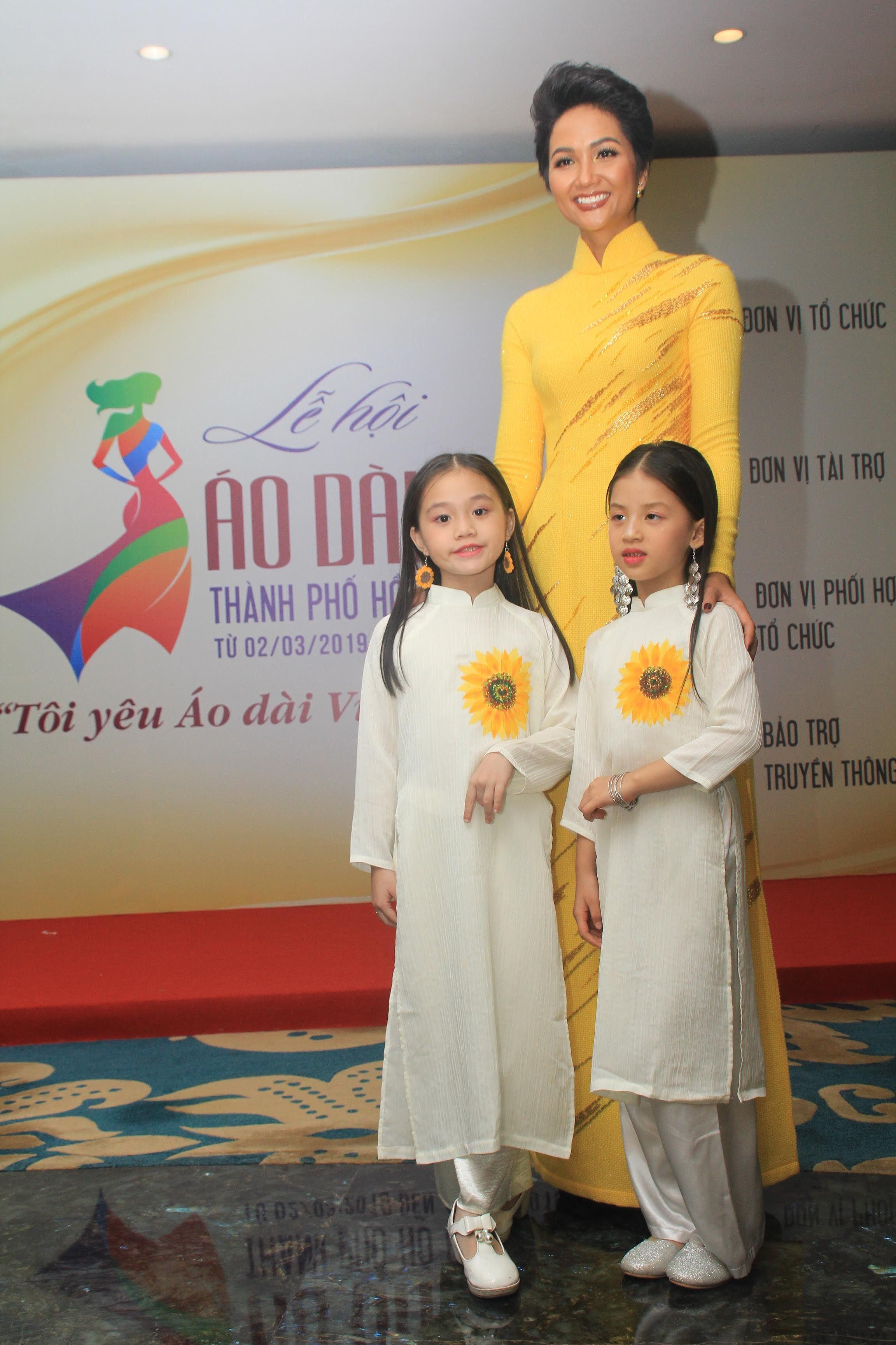 H'Hen Niê lộng lẫy diễn catwalk đêm bế mạc Lễ hội Áo dài TPHCM 2019 Ảnh 12