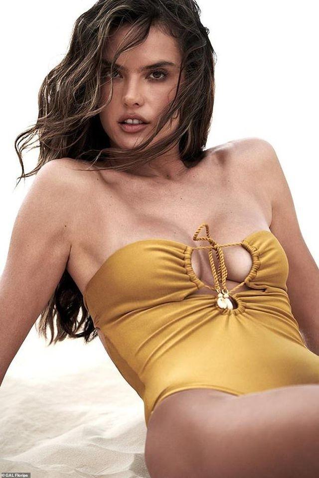Siêu mẫu Alessandra Ambrosio diện bikini quyến rũ trên bãi biển Ảnh 10