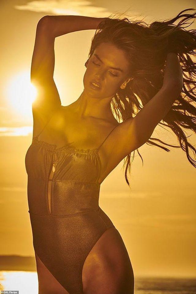 Siêu mẫu Alessandra Ambrosio diện bikini quyến rũ trên bãi biển Ảnh 9