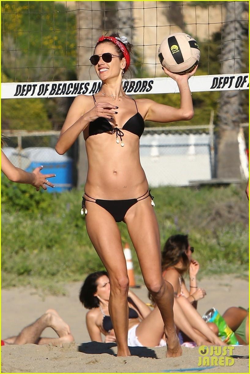 Siêu mẫu Alessandra Ambrosio diện bikini quyến rũ trên bãi biển Ảnh 1