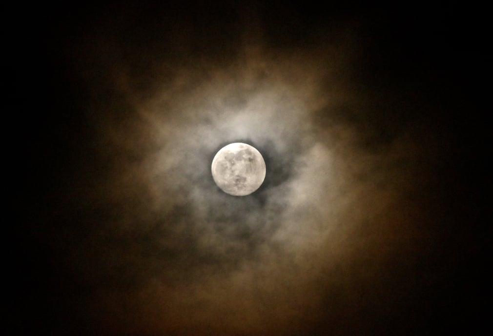 Siêu trăng cuối cùng trong năm 2019 thắp sáng bầu trời khắp nơi trên thế giới Ảnh 5