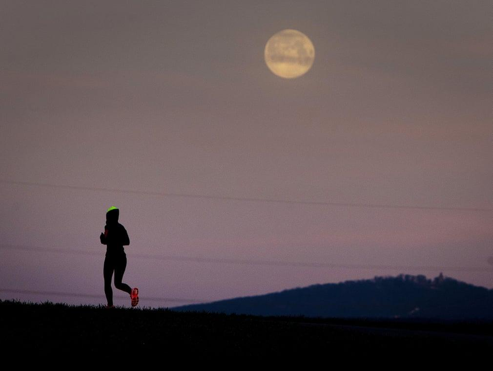 Siêu trăng cuối cùng trong năm 2019 thắp sáng bầu trời khắp nơi trên thế giới Ảnh 11