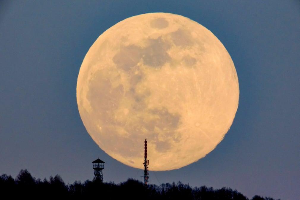 Siêu trăng cuối cùng trong năm 2019 thắp sáng bầu trời khắp nơi trên thế giới Ảnh 8