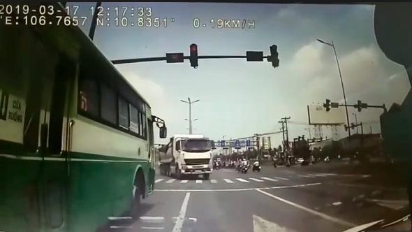 Phạt 7,5 triệu đồng, tước bằng lái tài xế xe buýt vượt đèn đỏ suýt gây tai nạn Ảnh 1