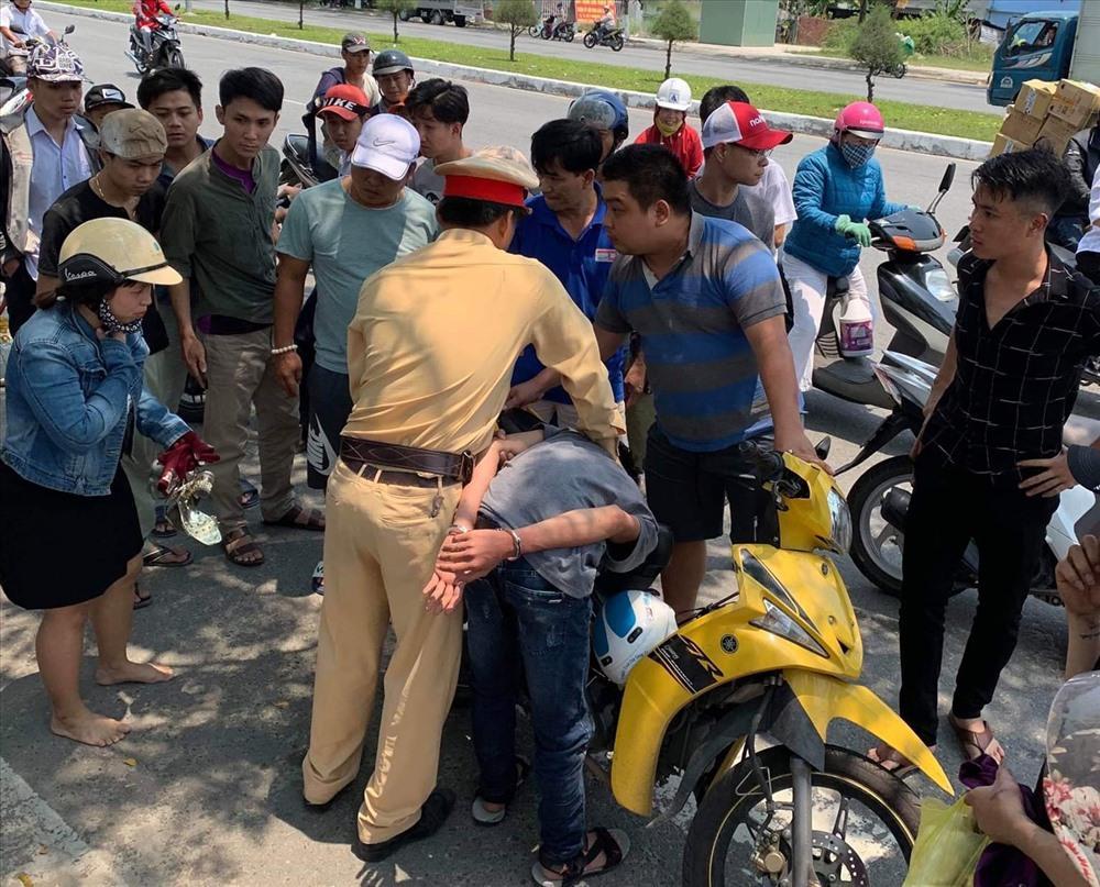 Cảnh sát giao thông truy đuổi hơn 3km bắt 2 tên cướp giật Ảnh 1