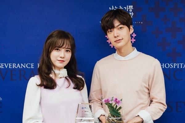 Gu thời trang của cặp vợ chồng lệch tuổi 'đẹp như hoa' xứ Hàn Ảnh 1