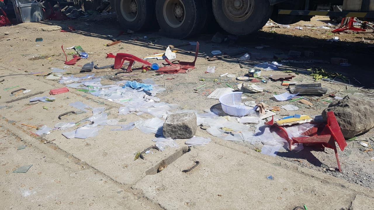 Xe tải mất lái cán nát quán nước mía, 5 người trọng thương Ảnh 2