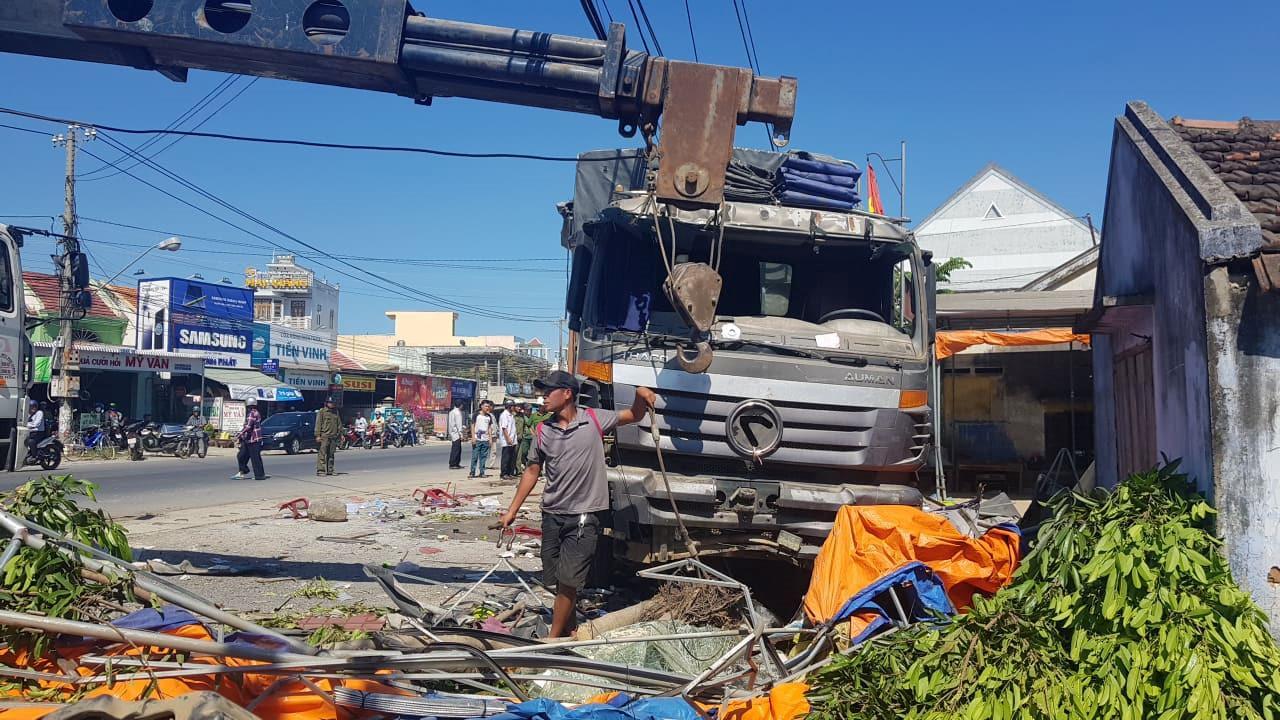 Xe tải mất lái cán nát quán nước mía, 5 người trọng thương Ảnh 1