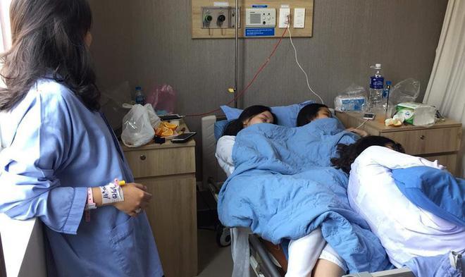 Vào viện thăm bạn ốm, hội chị em chiếm luôn giường bệnh 'đánh' giấc ngủ ngon lành Ảnh 1