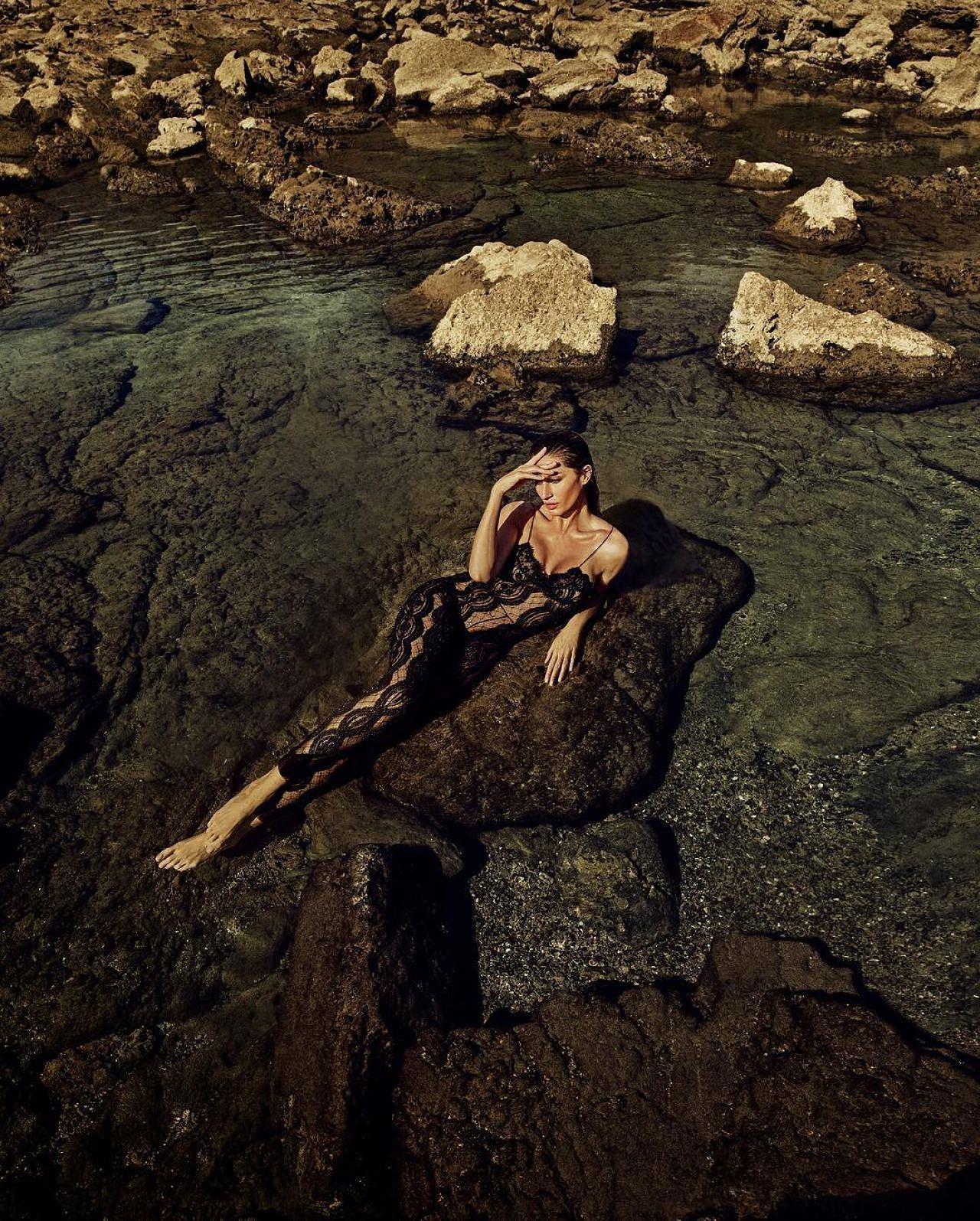 Siêu mẫu Gisele Bundchen hóa nữ thần biển cả táo bạo gợi cảm Ảnh 12