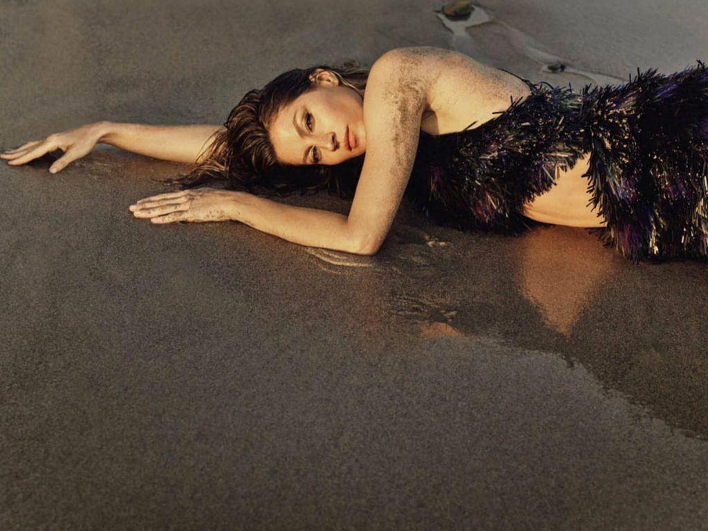 Siêu mẫu Gisele Bundchen hóa nữ thần biển cả táo bạo gợi cảm Ảnh 3