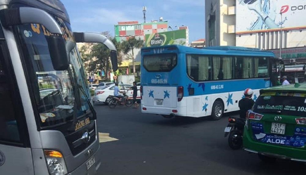 Xe khách cán chết người phụ nữ giữa vòng xoay Sài Gòn Ảnh 1