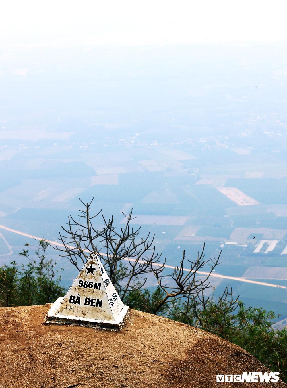 Giới trẻ ùn ùn kéo nhau lên núi Bà Đen cắm trại, săn mây Ảnh 1