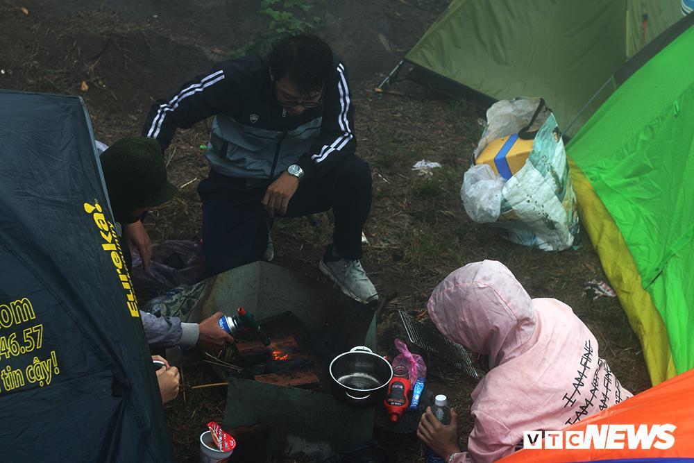 Giới trẻ ùn ùn kéo nhau lên núi Bà Đen cắm trại, săn mây Ảnh 8