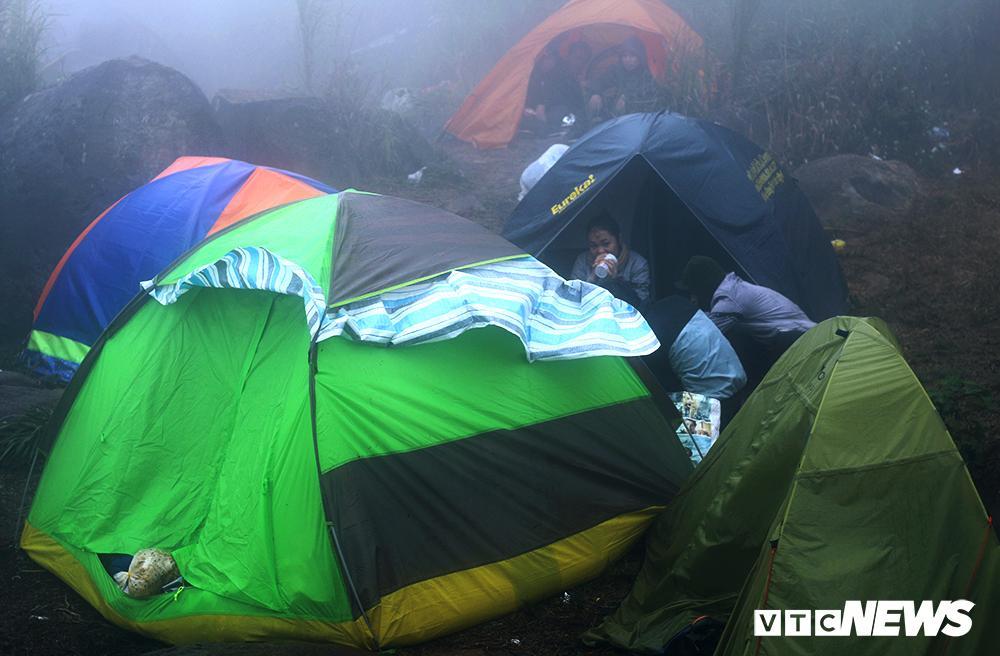Giới trẻ ùn ùn kéo nhau lên núi Bà Đen cắm trại, săn mây Ảnh 11