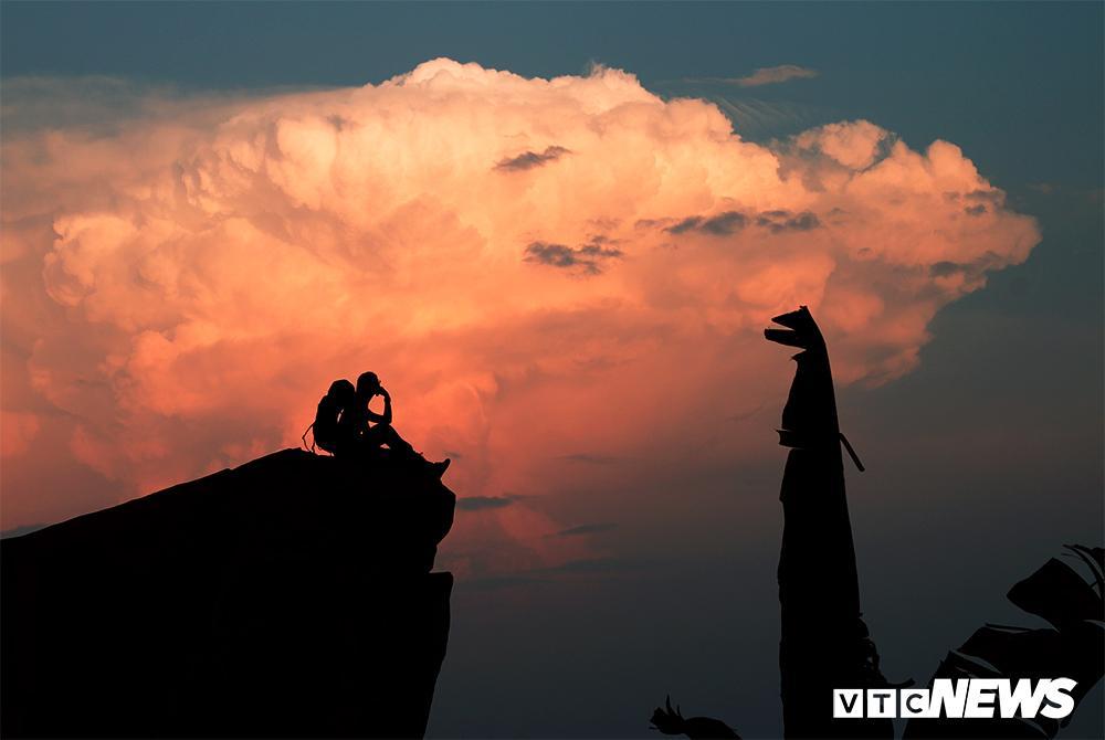 Giới trẻ ùn ùn kéo nhau lên núi Bà Đen cắm trại, săn mây Ảnh 12