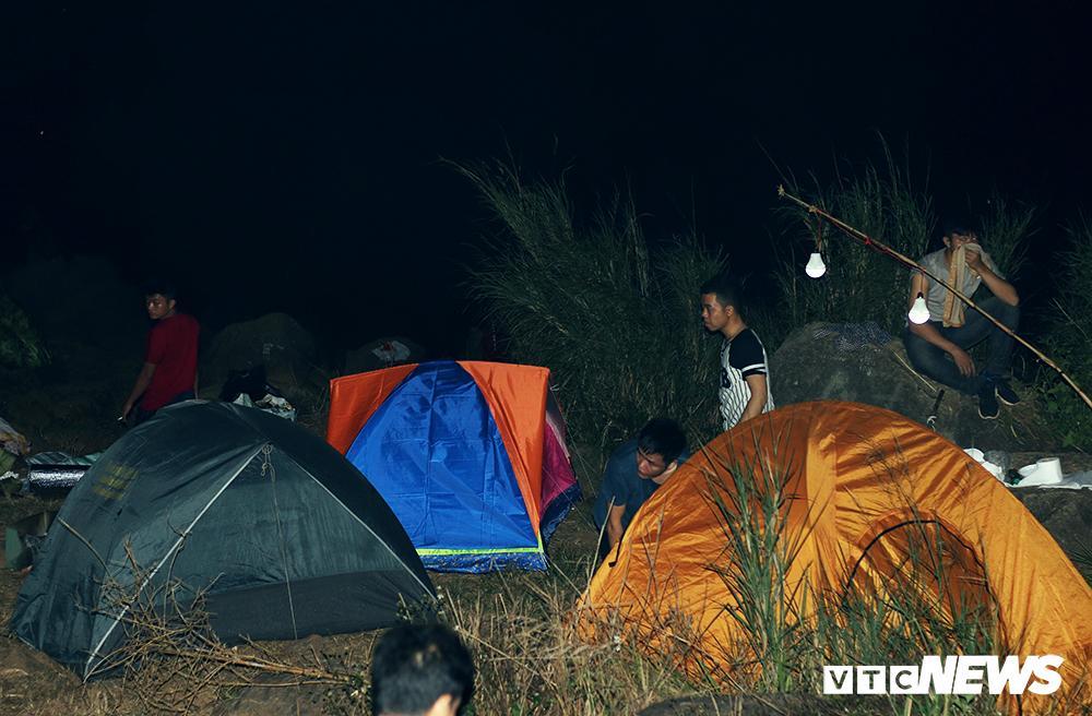 Giới trẻ ùn ùn kéo nhau lên núi Bà Đen cắm trại, săn mây Ảnh 6